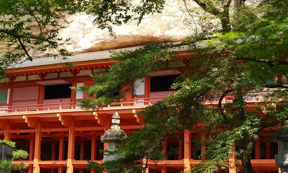 Sorte do templo: omikuji e ema